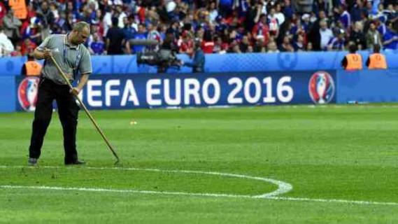 Alain Barenton commente sur France Info la plantation et l'entretien des gazons de l'EURO 2016