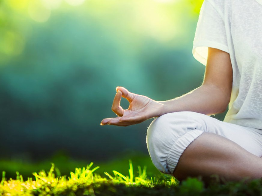Yoga en blanc aux Jardins des Martels (81)